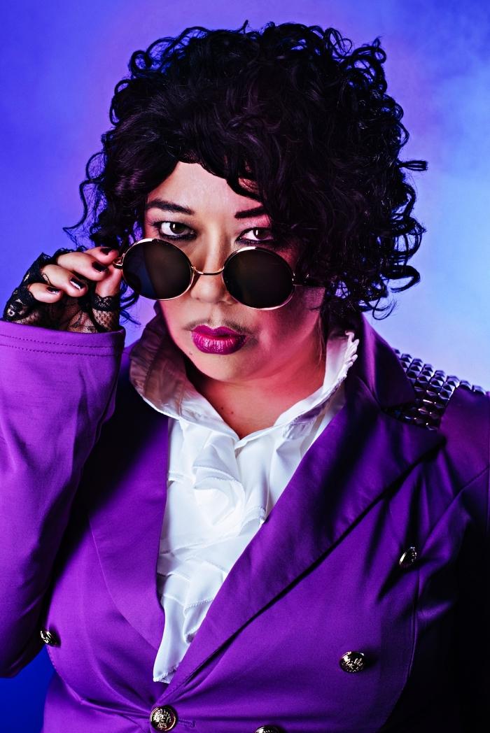 idée de deguisement disco homme pour recréer le look de prince dans pluie pourpre, déguisement de prince avec perruque bouclée, chemise à froufrous et une veste violette