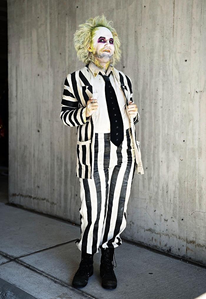déguisement effrayant de beetlejuice en costume rayé, maquillage de fantôme effrayant au teint blaffard