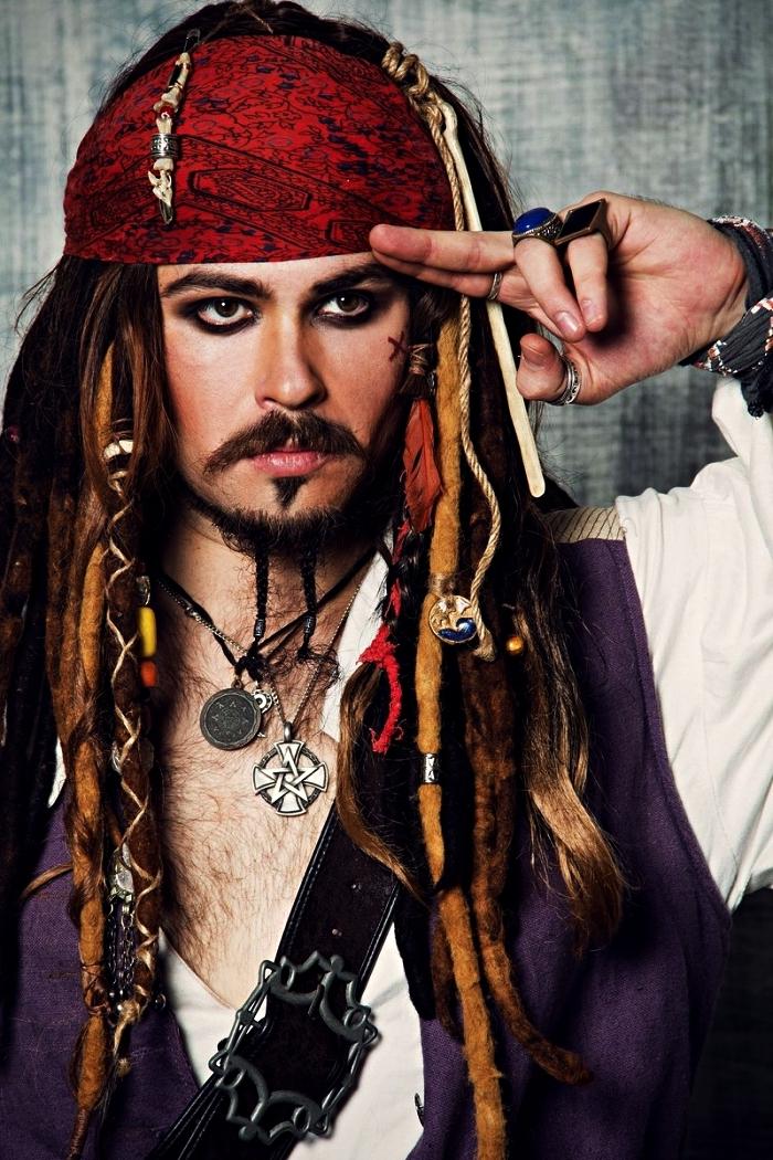 idée de deguisement halloween adulte, maquillage et déguisement de jack sparrow avec fausses mèches et fourlard de pirate