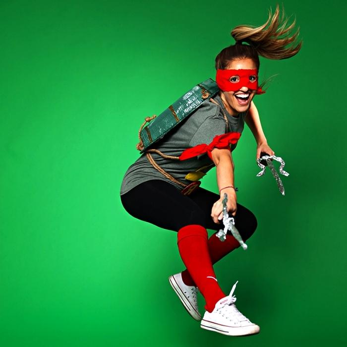 costume de tortue ninja à faire soi même avec carapace en carton, deguisement femme originale de tortue ninja