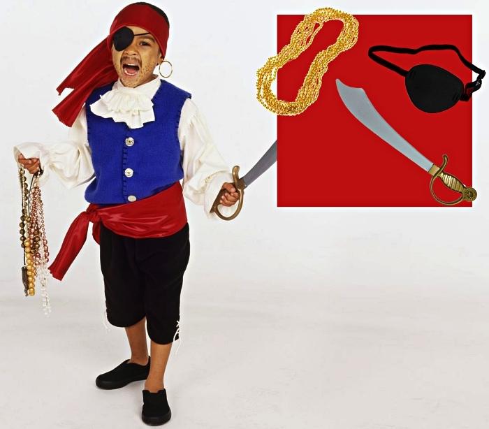 costume de pirate corsaire pour garçon qui comprend une chemise blanche, un gilet bleu, une ceinture, un bandana et quelques accessoires de pirate