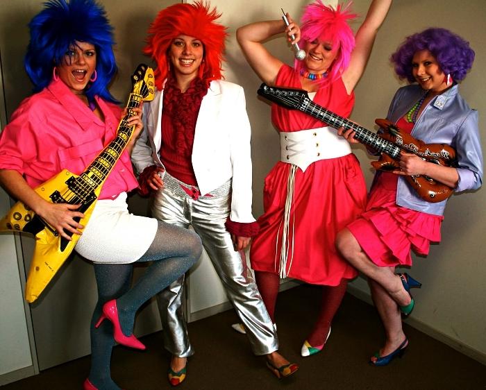 deguisement rocke assorti pour femmes, look de rockeuse des années 80 avec perruque colorée