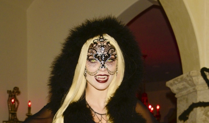 costume femme vampire en noir, idée déguisement halloween femme en vampire, exemple maquillage visage blanc et yeux vampire