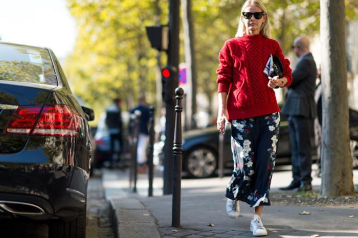 Rue avec arbres fertes, femme en pull oversize rouge et jupe longue, tenue hiver femme, comment s'habiller quand il fait froid