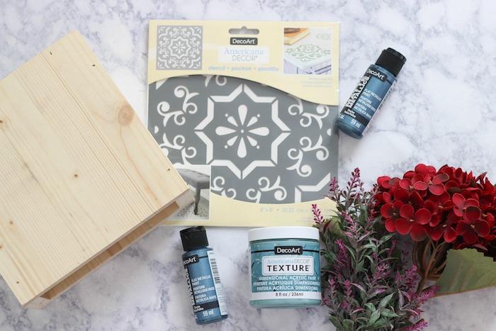 Pochoir et peinture pour transformer un placard ordinaire en boite cool coloré, relooker un meuble en bois, peindre un meuble vernis