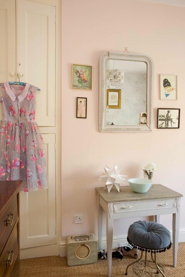 déco de style retro dans une chambre fille aux murs de couleur rose poudré aménagée avec meubles en bois