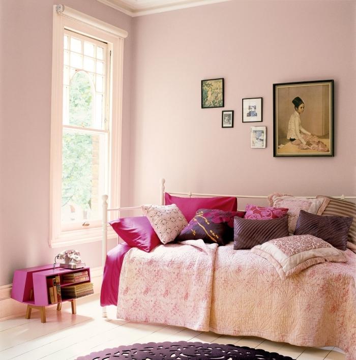 décoration chambre rose poudré aux murs rose avec plafond et sol en blanc, lit cocooning avec coussins de nuances rose et violet
