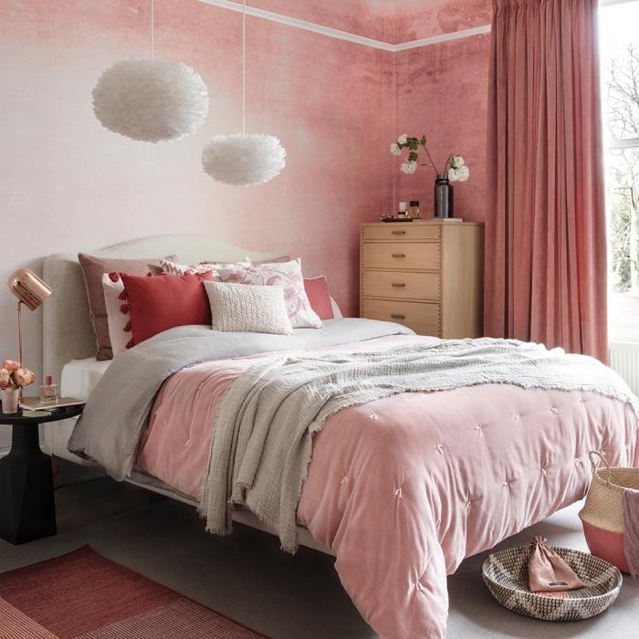 ambiance romantique dans une chambre rose, exemple comment décorer une chambre rose et gris avec meubles bois