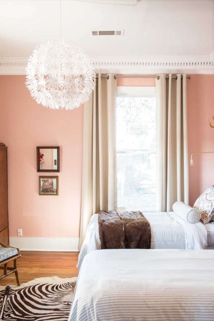 idée couleur peinture chambre aux murs rose avec plafond blanc et sol bois, décoration chambre d'hôtes en nuances douces