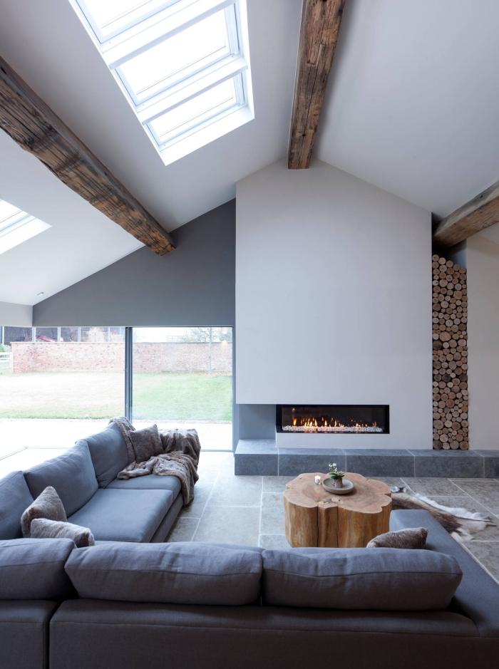 exemple de salon de style contemporain avec plafond à deux pentes, design minimaliste dans une pièce blanc et gris avec accents bois