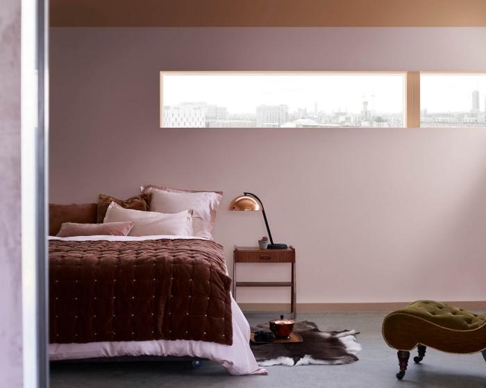 idée rose poudré peinture chambre adulte, comment aménager une chambre de style contemporain avec accessoires et murs en nuances de rose