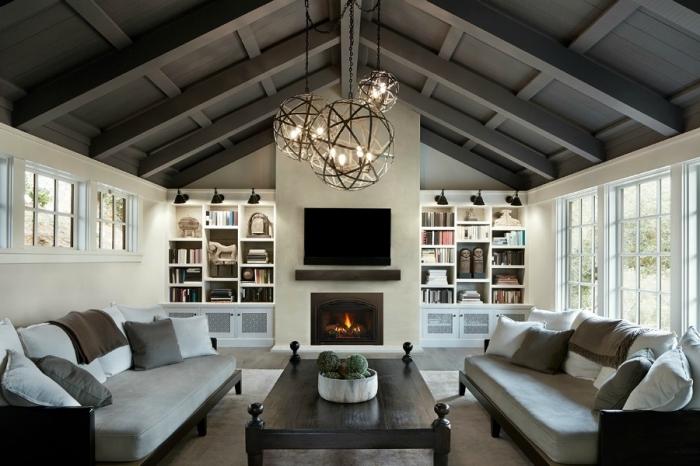 exemple de toit cathédrale à deux pentes couvert de panneaux bois peints en gris, déco salon avec cheminée en blanc et gris