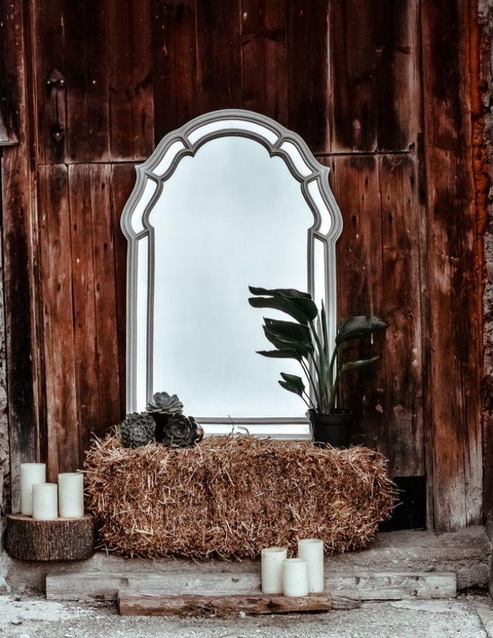 miroir style retro chic, bougies blanches decoratives, meule de foin, plantes vertes d interieur