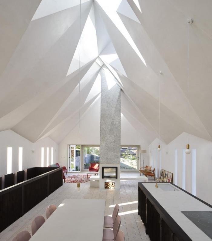 aménagement pièce moderne à toit cathédrale design futuriste, comment décorer un salon contemporain ouvert vers salle à manger et cuisine