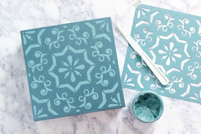 Le résultat de peindre une boite en bois en bleu avec pochoir détaillé, customiser meuble, relooker meuble ancien en moderne