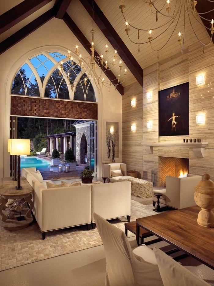 décoration intérieure salon cozy avec plafond à deux pentes, idée mobilier salon fonctionnel avec canapé d'angle