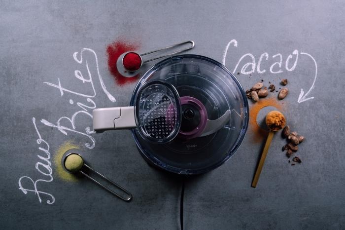 faires de boules d energie dans robot cuisine melangeur, idee régime cétogène recette boules protéinées, riches en bonnes graisses