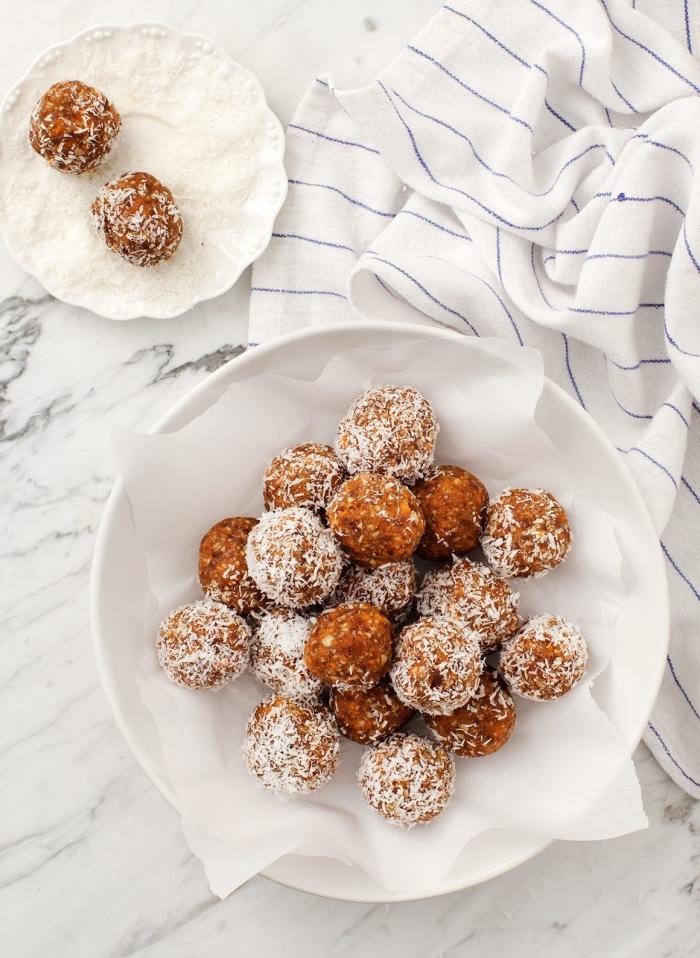 diète cétogène, idée de collation saine à faire soi meme en noix de coco, graines de tournesol, dattes, cannelle, dessert sans four