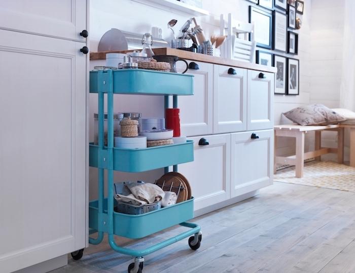 ikea desserte de couleur bleue dans une cuisine en blanc et bois, deco murale cadres art noir et blanc, parquet bois clair