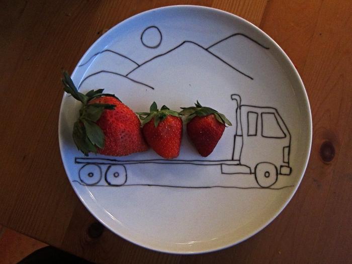 assiette personnalisée au feutre pour porcelaine, dessiner sur des assiettes en porcelaine, dessin camion et montagne sur une assiette blanche
