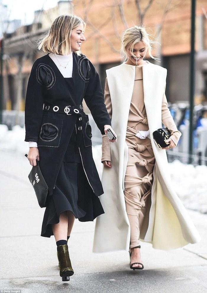 Tenue chic femme en beige et blanc ou noir et blanc, idée comment porter une robe longue d'hiver