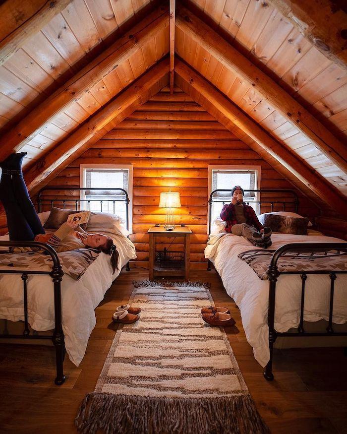 Chalet interieur en bois, deux lits dans la chambre à coucher sous comble, déco salon cocooning, chambre chalet magnifique
