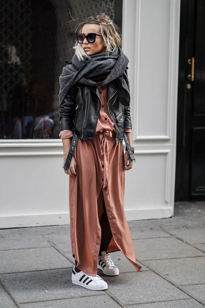 Fille hipter style, lunettes de soleil, coiffure carrée ombré, tenue avec baskets, écharpe grande, veste en cuir, robe longue chemisier