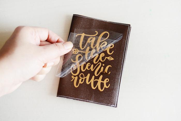 La route amour, cadeau original pour sa meilleure amie qui aime voyager, couverture cuir pour passeport avec citation personnalisé
