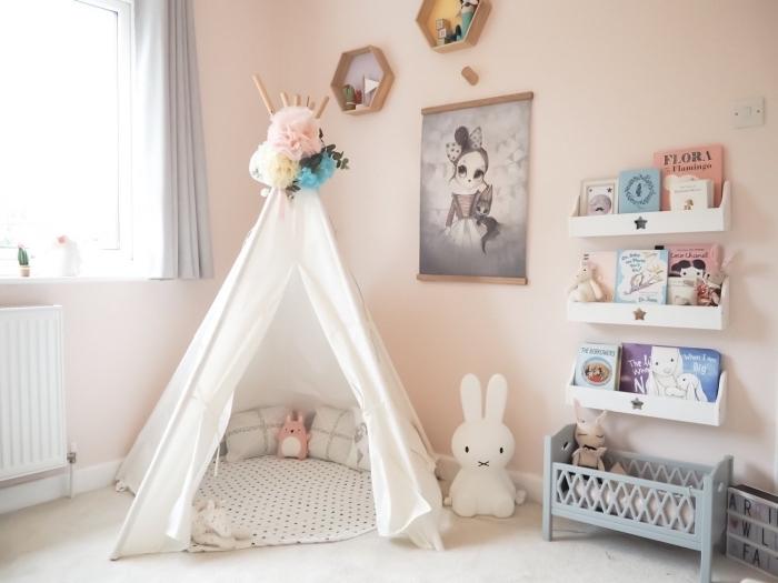 décoration chambre enfant avec tipi DIY et meubles bois blanc, idée peinture rose pale pour chambre petite fille