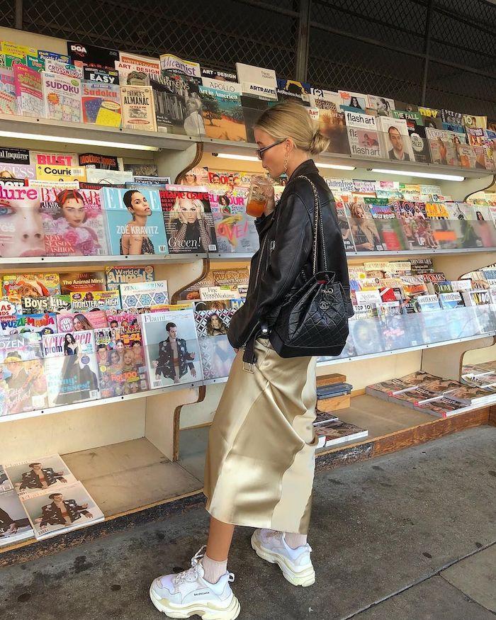 Femme blonde qui regarde les magazines, tenue basket blanche balanciagam inspiration tenue classe femme, idée tenue confortable et chic