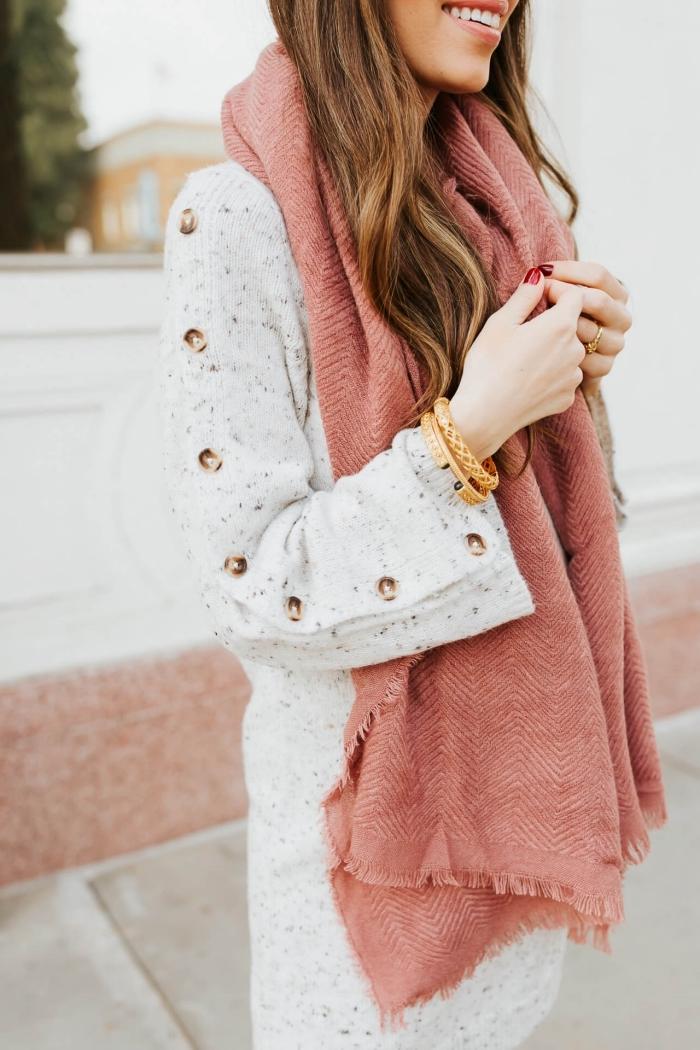 accessoires mode femme automne hiver 2019 2020, modèle d'écharpe longue couleur corail, idée vetement de grossesse