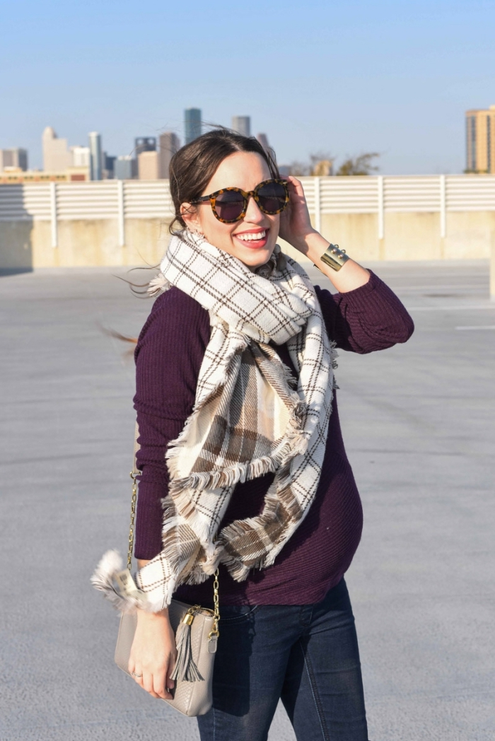 couleur tendance vetement de grossesse automne 2019, tenue femme grossesse en blouse lit de vin avec jeans foncés