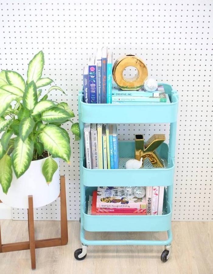 idee deco table d appoint diy recup, ikea desserte bleue avec livres et petites accessoires decoratifs, plante verte en pot blanc