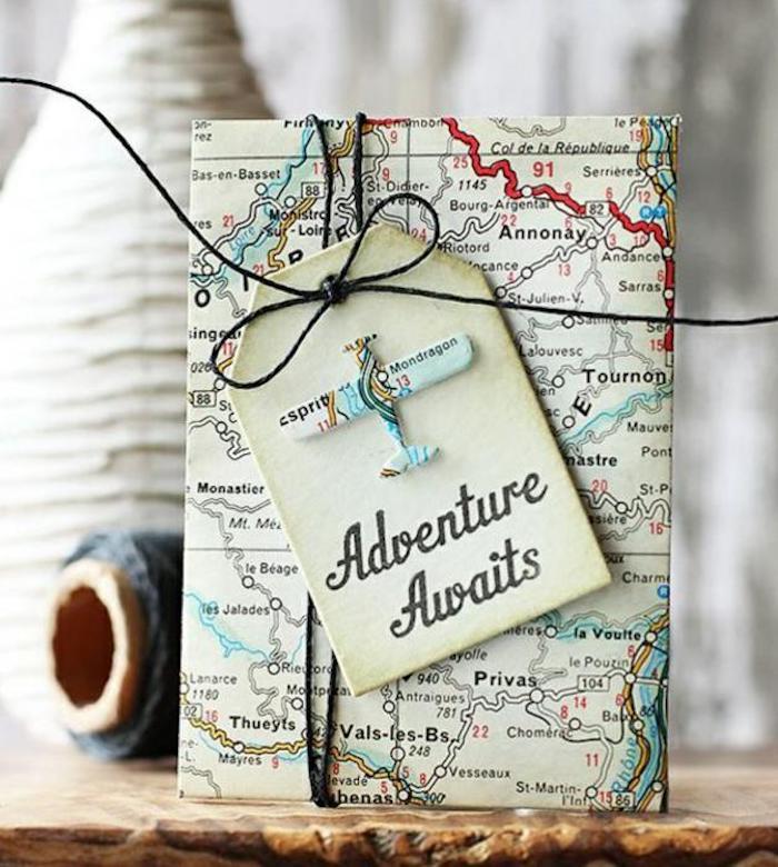 Emballage cadeau a offrir, cadeau original pour sa meilleure amie, emballer un cadeau en vieux carte
