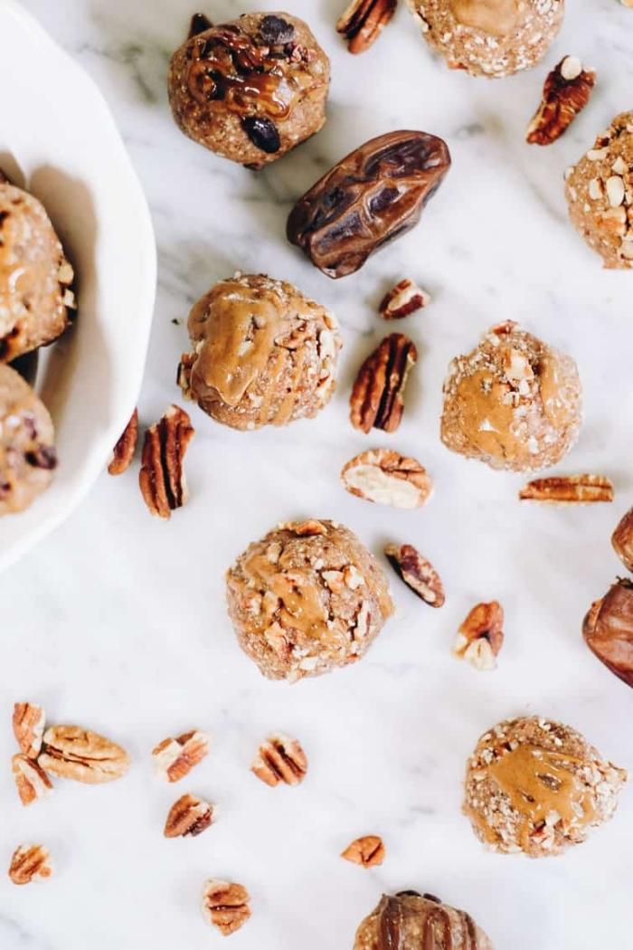 recette energy ball aux noix de pecan, dattes et beurre d amande avec chair de noix de coco rapé, dessert sans gluten