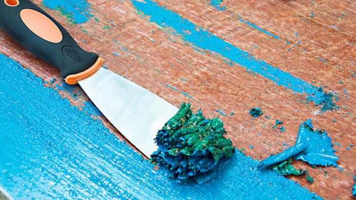 Comment enlever peinture de bois, relooking de meubles, comment repeindre un meuble sans le poncer, idée recup activité manuelle