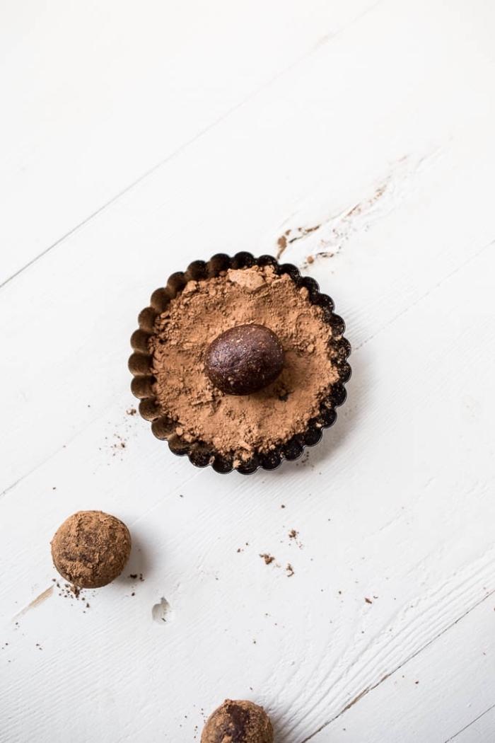 enrouler les balles dans cacao pour creer un topping pour des balles cétogènes, recette minceur originale