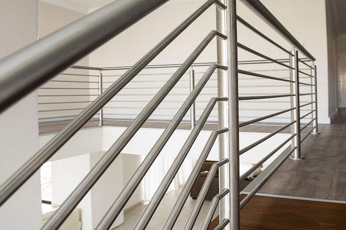 Le garde-corps escalier moderne se retrouve en verre, à câbles ou à lisses
