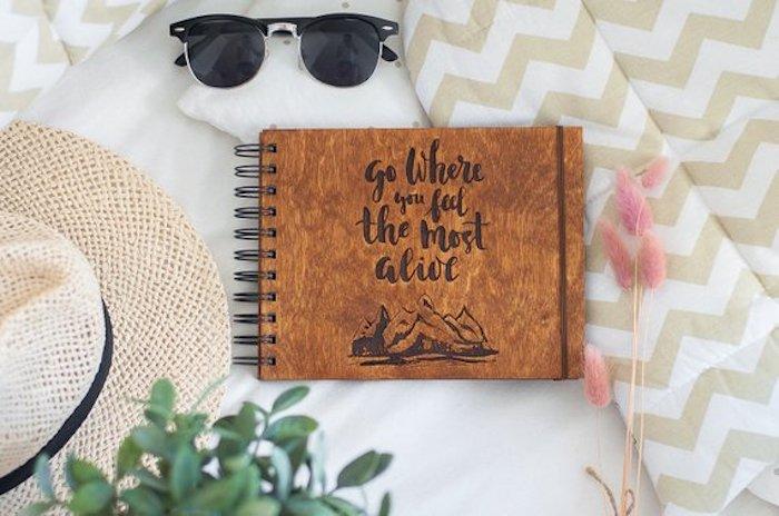 Couverture en bois pour un journal d'aventures, cadeau pour voyageur, cadeau original pour sa meilleure amie