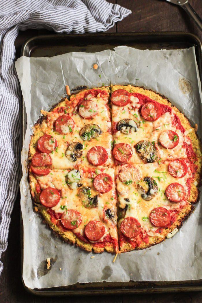 recette pizza sans pâte avec pate de chou fleur, repas du soir équilibré u chorizo, champignons et fromages