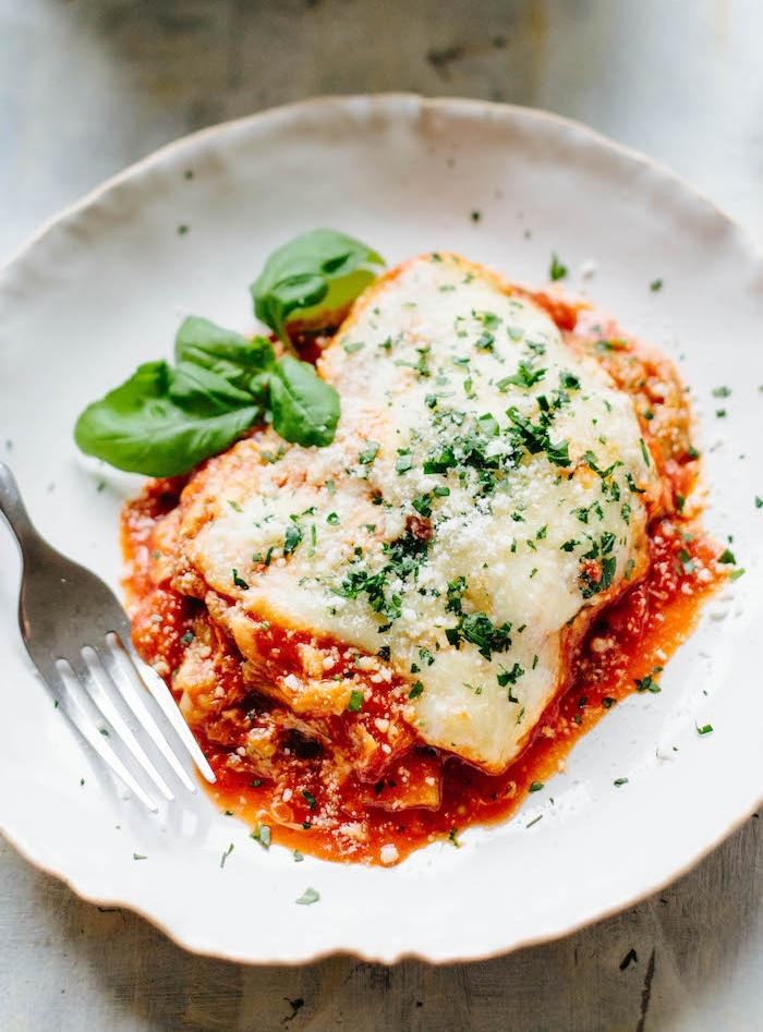 idée repas simple de tous les jours, lasagne aubergine à la sauce tomate et parmesan, garnie de basilic