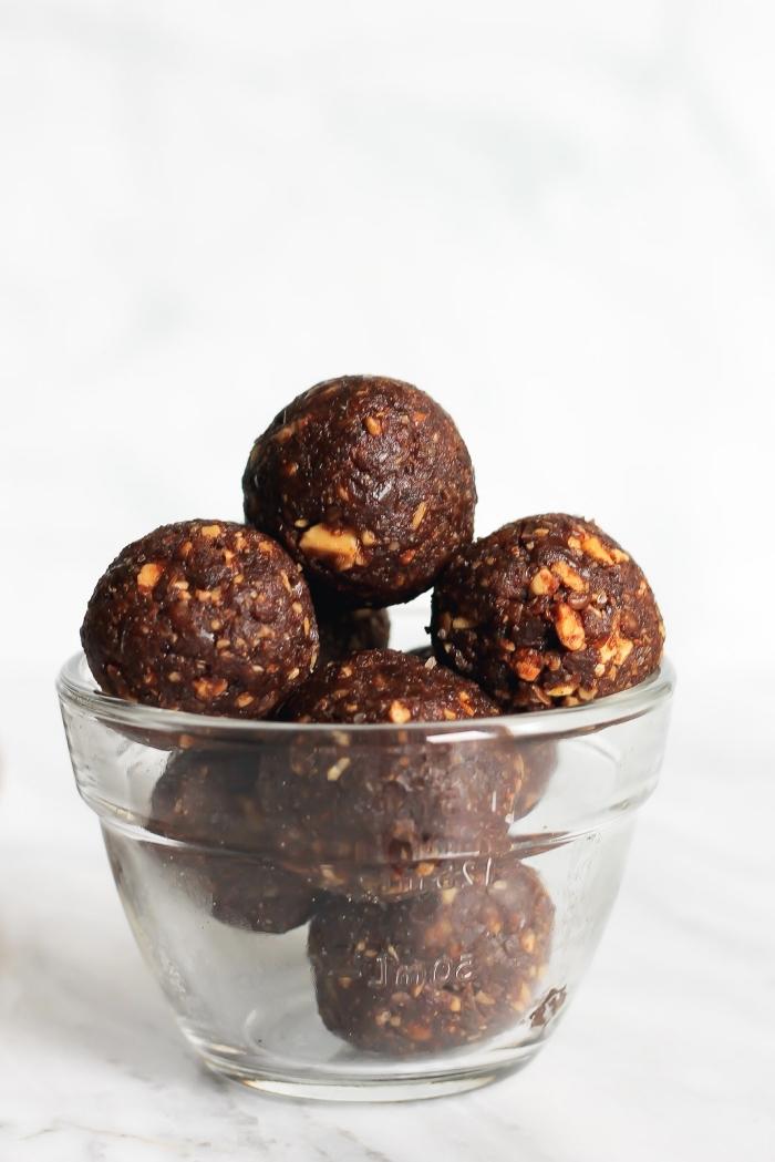 flacons d avoine, amandes grillées, beurre d amande, dattes, pour faire de faux truffes au chocolat sains façon brownie