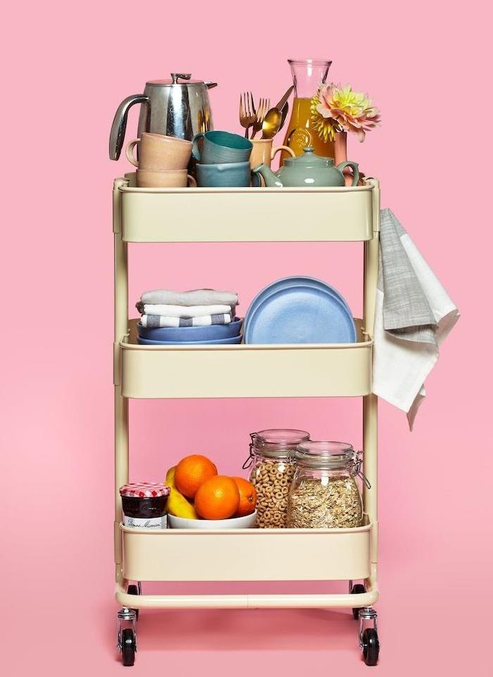 idee que faire avec desserte cuisine, bidouille ikea, rangement vaisselle, serviettes de cuisine et nourriture