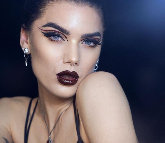 idée maquillage halloween facile pour femme, visage femme vampire aux lèvres foncés avec eyeliner noir et bordeaux