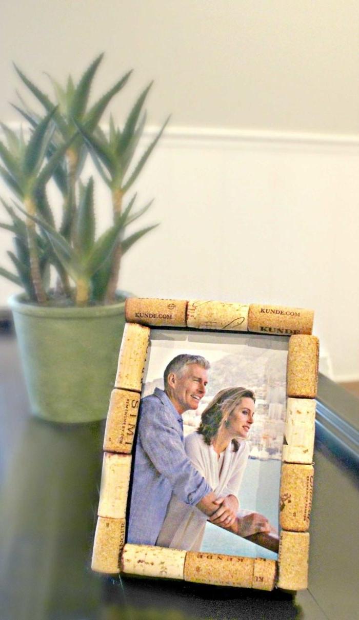 que faire avec des bouchons de liège, fabriquer un cadre photo avec bouchons en liège