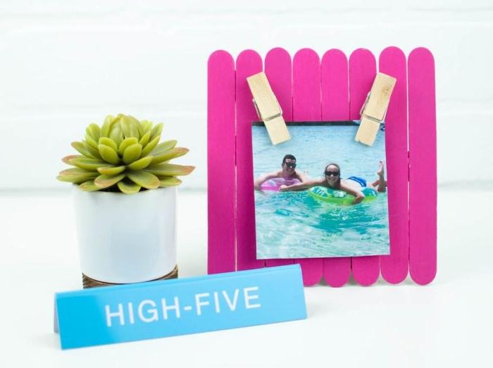 fabriquer un cadre photo en bâtonnets de glace repeints en rose, bricolage fête des mères facile et rapide
