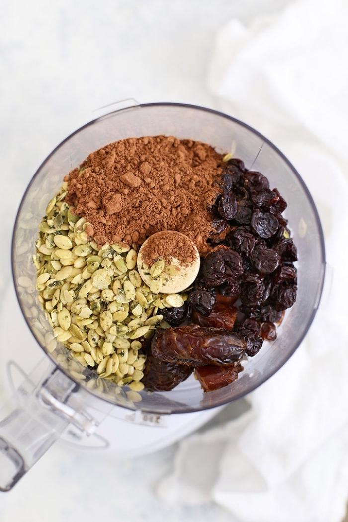 regime keto recette facile de collation saine, boules aux graines de potiron, cacao, dattes et cerises séchées