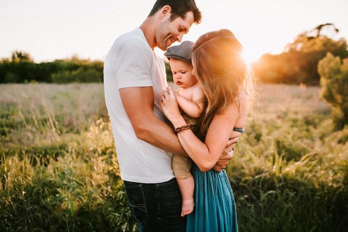 Comment avoir plus de temps pour soi et sa famille,savoir déléguer les corvées, aide à domicile, famille jaune avec bébé