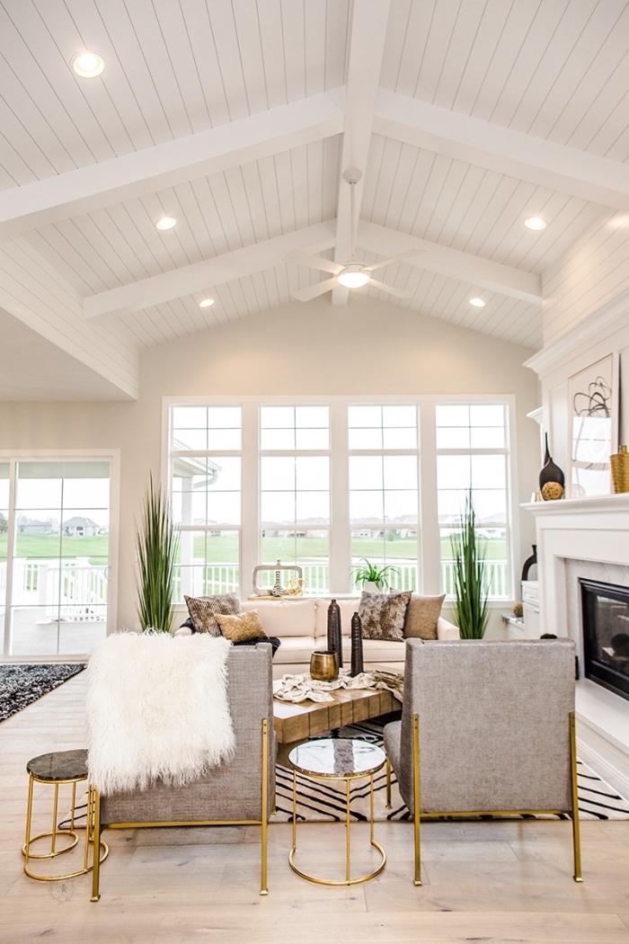 idée comment décorer un espace sous plafond cathédrale, salon blanc avec plafond en panneaux blancs et spots led
