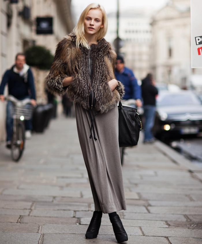 Longue robe et manteau courte fausse fourrure, cool idée tenue robe bohème chic, tumblr mode hiver 2020 femme